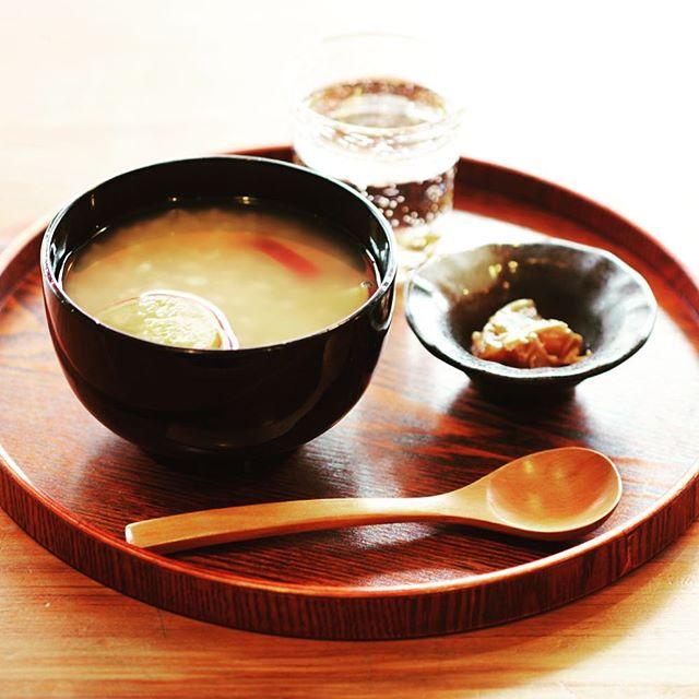 奈良ウガヤゲストハウスでは、朝食(8:30〜10:00)に『のぶちかさんの芋茶がゆ』(400円 奈良漬け付)を提供しております。茶がゆは、ほうじ茶で炊いたお粥です。あっさりしているので、夏バテで疲れ気味の胃にも優しいと好評いただいております。ほうじ茶は竹西農園さんの有機栽培大和茶を、奈良漬けは、べっぴん奈良漬さんの奈良漬けを提供しています。ご宿泊の際は、是非ご注文下さいね。#奈良 #ゲストハウス #茶粥 #胃に優しい #朝食 #ほうじ茶 #べっぴん奈良漬