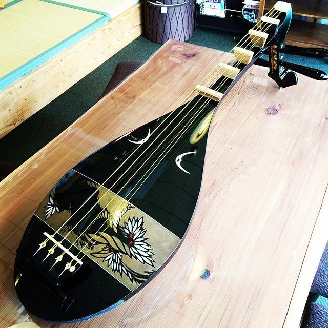 ウガヤゲストハウスでは、私瀬戸の琵琶演奏も随時行っています。東大寺の正倉院宝物で人気のある琵琶。1300年前から伝わる楽器です。現在は演奏する人も随分と減ってあまり聴く機会がありません。是非、ウガヤでリクエストしてください!#奈良 #ゲストハウス #正倉院 #琵琶 #滅多にない #歴史 #弾き語り