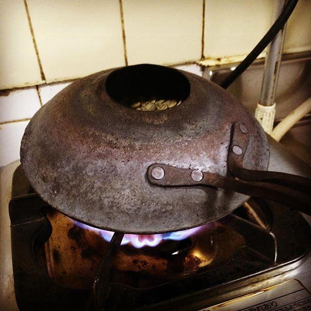 アイスコーヒー用(グアテマラ)の珈琲生豆をシャカシャカ焙煎中!!コクのある美味しいアイスコーヒー飲みにきてくださいね( ´ ▽ ` )ノ#奈良 #ゲストハウス #ウガヤゲストハウス #ugayaguesthouse #自家焙煎 #珈琲 #フェアトレード #有機栽培