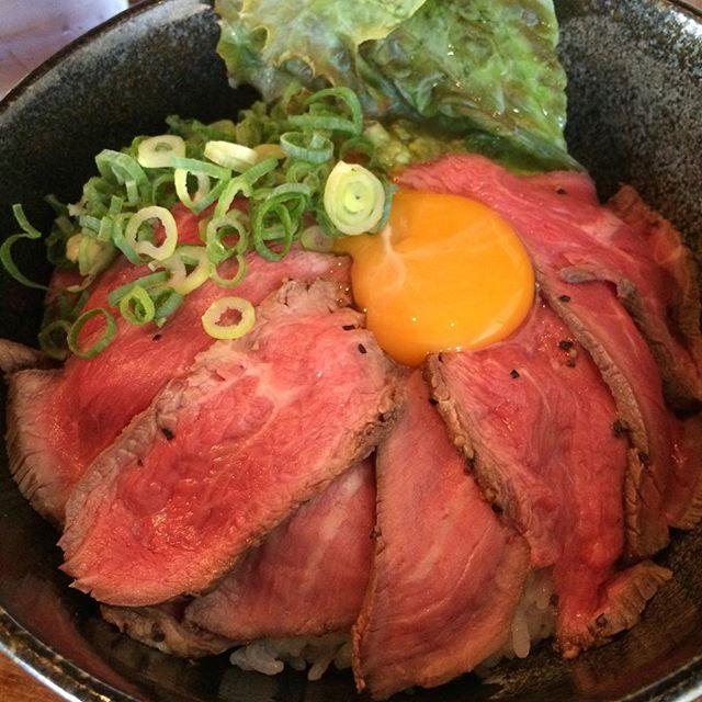 なら丼ぶり物語さんローストビーフ丼。肉厚でむちゃうま!!( * ˊᵕˋ )