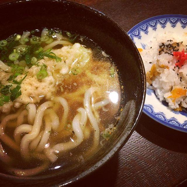 重乃井(しげのい)さん写真は天ぷらうどんとちらし寿司。JR奈良駅近くの人気のうどん屋さん。うどんのコシがいい感じです。#奈良 #うどん #JR奈良駅 #ウガヤからも近いです