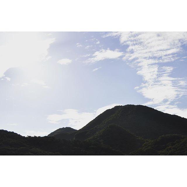 『二上山』葛城市大和盆地西側、大阪との境にある二上山(にじょうざん)。遠くから見ても、近くから見てもふたコブの峰が美しい山です。古くから神聖視されてきました。昔の読みは『ふたかみやま』うつそみの 人にあるわれや 明日よりは 二上山を弟背(いろせ)とわが見む万葉集 大伯皇女#奈良 #葛城 #二上山 #大津皇子 #大伯皇女